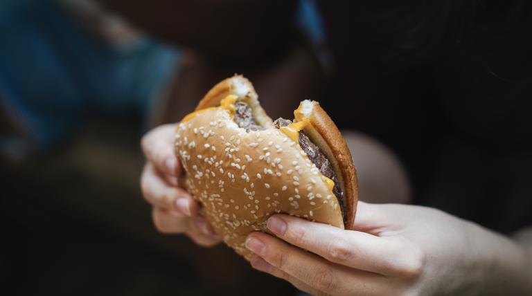 """Il costo etico, ambientale e umano dietro il cibo """"conveniente"""""""