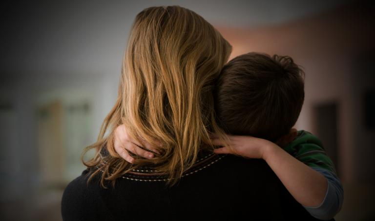 Perché nelle coppie tocca ancora alle donne occuparsi principalmente di casa e figli?