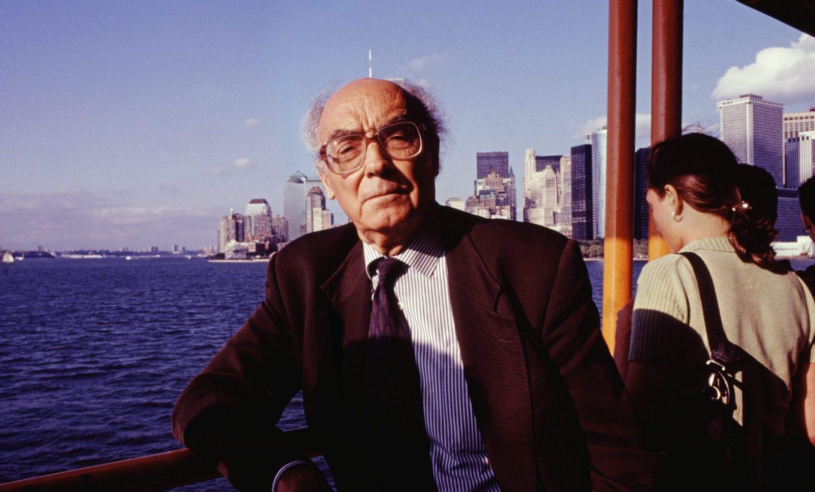 """Come Saramago in """"Cecità"""" ha anticipato la psicosi del coronavirus"""