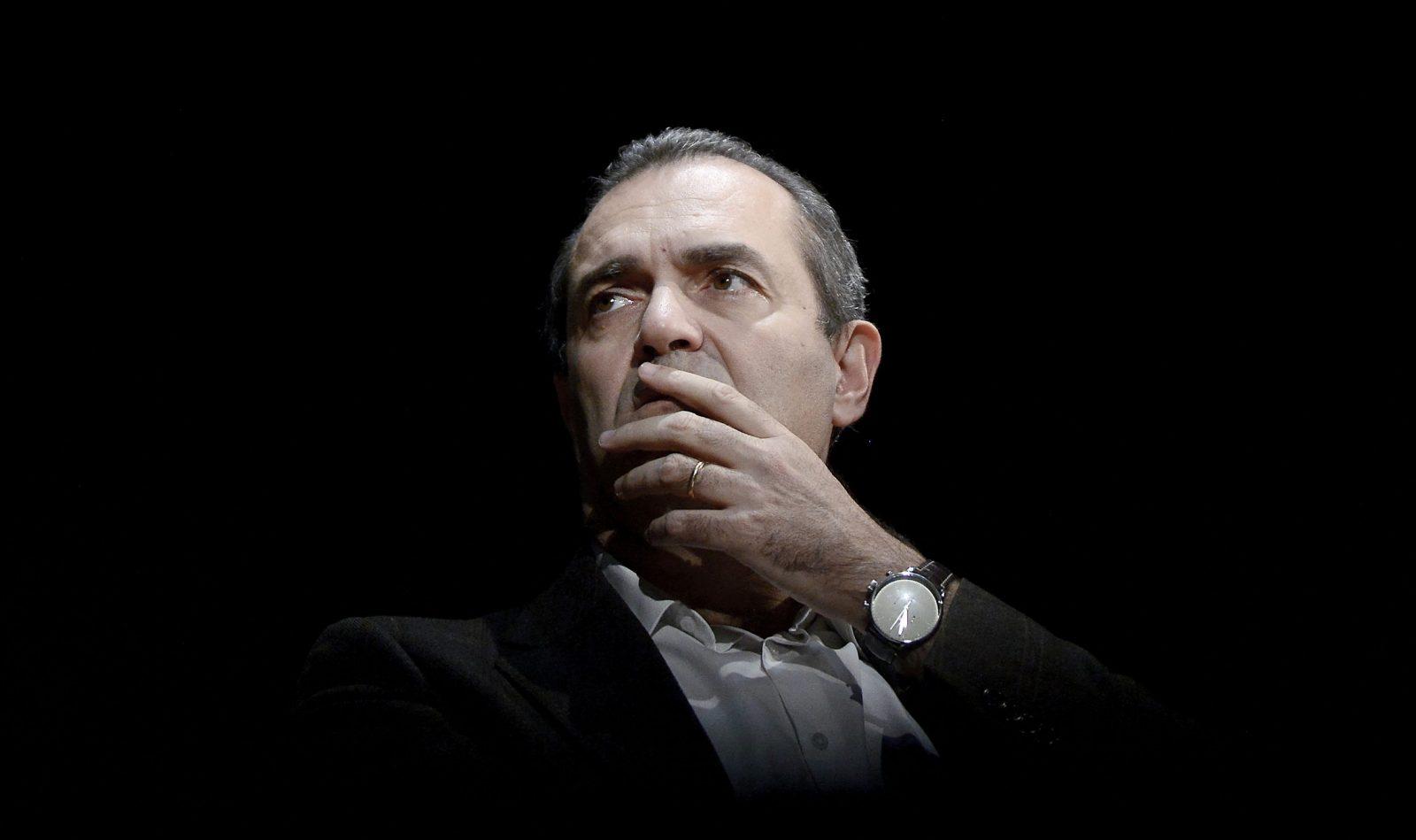 De Magistris che guarda Napoli in rivolta da uno studio tv è il simbolo di una politica senza senso - The Vision